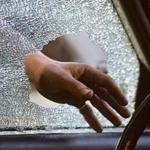 Policisti caur Facebook atrod auto saimnieci, kas aizmirsusi aizvērt auto logu!