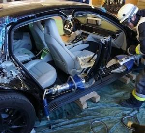 Glābēji sagriež gabalos jaunu Porsche Panamera, lai apskatītos kā tā iekārtota!