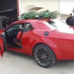 Ar ātrumu 280 km/h un Ziemassvētku eglīti uz jumta! Ātrākā eglītes piegāde pasaulē!