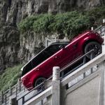 Auto, kurš pabraukājies pa vēstures pieminekļa kāpnēm – Range Rover Sport PHEV