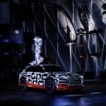 Audi e-tron prototips Faradeja būrī – vietā, kur dzirksteļo augstsprieguma impulsi un gaiss sprakšķ no sprieguma!