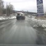 Video: kad apgaismes stabam ne silts, ne auksts, bet automobilis lupatās!