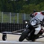 Bosch izgudrojis kā neļaut motociklam apgāzties straujā līkumā uz slikta ceļa (video)