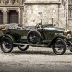 Kādus automobiļus pasaulē ražoja tajā gadā, kad piedzima Latvija? Interesanta kolekcija!