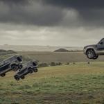 """Jaunajā Džeimsa Bonda filmā kaskadieri no sirds """"atvelk"""" ar jauno Land Rover Defender"""