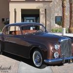 Smukais, divu krāsu  Bentley S1 Continental automobilis un tā melnais kolēģis no Warner Bros. prezidenta Džeka Vornera garāžas.