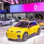 Renault 5 Prototype Minhenes automobiļu izstādē satikās ar saviem priekštečiem