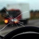 Pētījums: gandrīz puse autovadītāju mēdz braukt ar bojātu vējstiklu