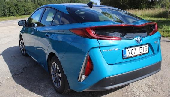 """Video apskats: jaunais Toyota Prius - komisks auto ar """"buču uz pakaļas""""!"""