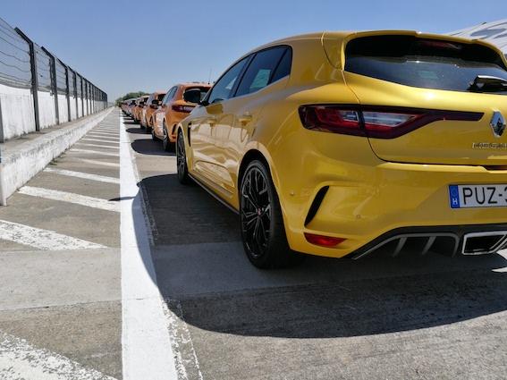 Renault R.S. - ielas automobilis, kurš nepaliek kaunā arī trasē! Kam tas īsti vajadzīgs?