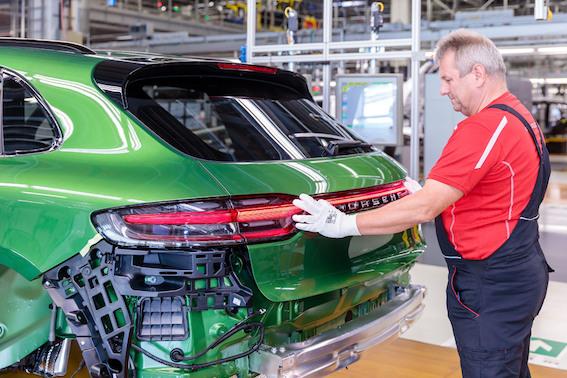 Leipcigas ražotnē ir uzsākta jaunā Porsche Macan sērijveida ražošana. Stājamies rindā!