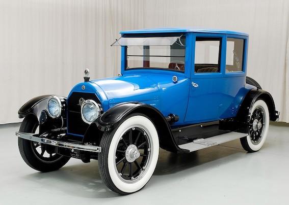 Un tā, tālajā 1918. gadā savu pirmizrādi tikpat tālajā Amerikā piedzīvoja gluži jauns Cadillac Coupe Type 5.  Varbūt mūsdienās tas šķitīs dīvaini, bet toreiz šo modeli nodēvēja par gada skaistāko automobili. Zem motora pārsega rūca 5,2 litru V8 dzinējs ar 70 zirgspēku jaudu. Vareni un pārliecinoši!