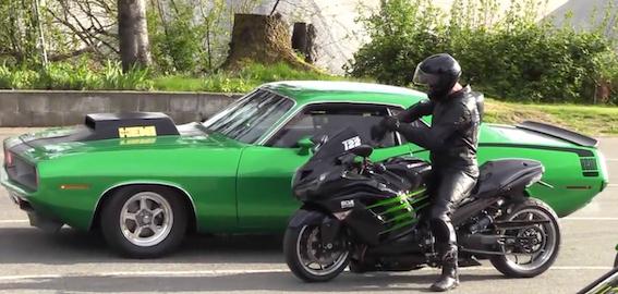 Kawasaki Ninja motocikls pret klasisku 1970. gada amerikāņu muskuļauto! Kurš uzvarēs?