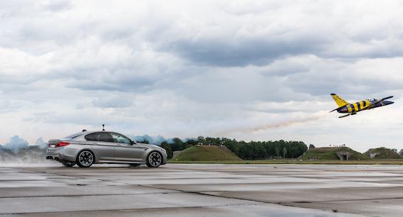 """Kas ātrāks: lidmašīna """"Sukhoi Su-31"""" vai BMW M klase? To noskaidros Latvijā!"""