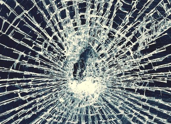 Neievērojam distanci - par sasistiem auto vējstikliem šogad KASKO izmaksājis miljonu!