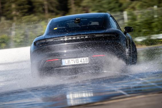 "Porsche Taycan ""iedriftē"" Ginesa pasaules rekordu grāmatā ar ilgāko elektrisko driftu"