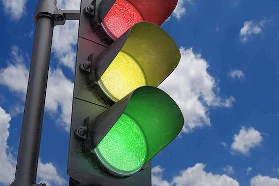 Rīgā Jaunciema gatvē luksoforus aprīko ar ātruma detektoriem