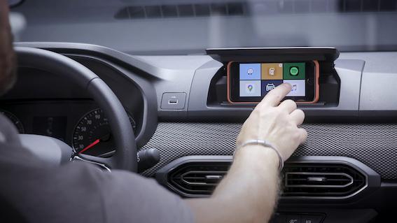 Jaunās paaudzes Dacia Sandero panelī viedtālrunis var kalpot kā automašīnas multivides ekrāns