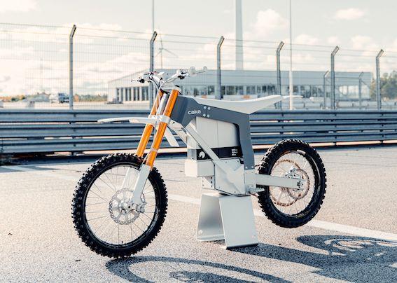 Latvijā pieejams videi draudzīgais zviedru elektriskais motocikls CAKE