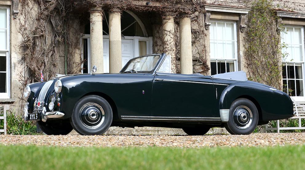 Ar kādiem auto lepojās princis un Edinburgas hercogs Filips - azartisks autobraucējs mūža garumā