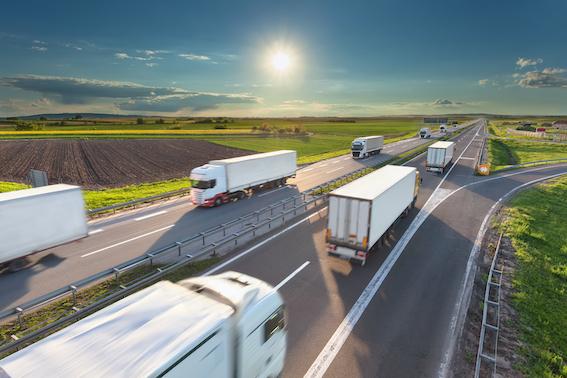 """Elektriskajām automašīnām piepildot Eiropas ielas un ceļus, loģiski rodas jautājums – kur tad ir elektriskie kravas automobiļi? Eksperti norāda, ka ar dažiem no vidi visvairāk piesārņojošajiem transportlīdzekļiem ir jārisina vairāk attīstības rēbusu, nekā sākotnēji gaidīts. Taču tirgus, bruņojies ar pacietību, gaida jaunus izrāvienu un turpina investēt daudzsološākajās tehnoloģijās.  Nepieciešamība pēc risinājumiem neatkarīgi no tā, vai tie izpaudīsies kā baterijas elektriskie automobiļi (BEV) vai degvielas šūnu (ūdeņraža), turpina augt. Eiropas Komisijas nospraustais zaļais kurss ar mērķi samazināt CO2 emisijas uz smagā transporta ražotājiem rada ievērojamu spiedienu.  Lai gan kravas automobiļi veido tikai 5 procentu īpatsvaru no Eiropas Savienības transporta, tie rada gandrīz pusi CO2 emisiju. Tādēļ ir nosprausts ceļš uz to, lai līdz 2025. gadam smagā transporta CO2 emisijas samazinātu par 15 procentiem un līdz 2030. gadam par 30 procentiem.  Tomēr ceļā uz smago transportlīdzekļu dekarbonizāciju ir daudz """"celmu"""", un arvien skaļāk izskan ražotāju viedoklis, ka paļauties tikai uz elektrisko piedziņu šīs desmitgades mērķu sasniegšanai ir nepamatoti optimistiski: gan izmaksu dēļ, gan tāpēc, ka nav redzami tūlītēji risinājumu, gan arī tāpēc, ka, tos atrodot, būs jāatrisina jaunā tipa automobiļu masu ražošana. Tādēļ īstermiņā ir nepieciešanas vēl citas alternatīvas.  """"Es teiktu, ka smagajā transportā vēl ir daudz, ko uzlabot. Ražotāji izskata dažādas iespējas, un pašlaik vistālāk izstrādātā un pieejamākā alternatīva izskatās dabasgāze. Lauksaimniecības tehnikai – traktoriem – vadošā alternatīva ir metāns, bet celtniecībā – ekskavatoriem un iekrāvējiem – elektrība un ūdeņradis. Tiesa, viss nav tik vienkārši arī šeit, jo runa ir par dārgākām kravas automobiļu daļām, uzturēšanu, un uzpildes staciju tīkls vēl tikai aug. Kādudien šīs problēmas aizies pagātnē, bet pagaidām tehnikas jautājums ir risināms steidzamā kārtā, un progresam jābūt drīzam,"""" saka žurnāla """"Profi Latvija"""""""