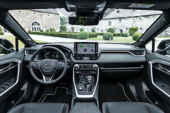 Turīgu kungu otro pusīšu ievērībai - Toyota RAV4 saimei pievienojies uzlādējams hibrīds!