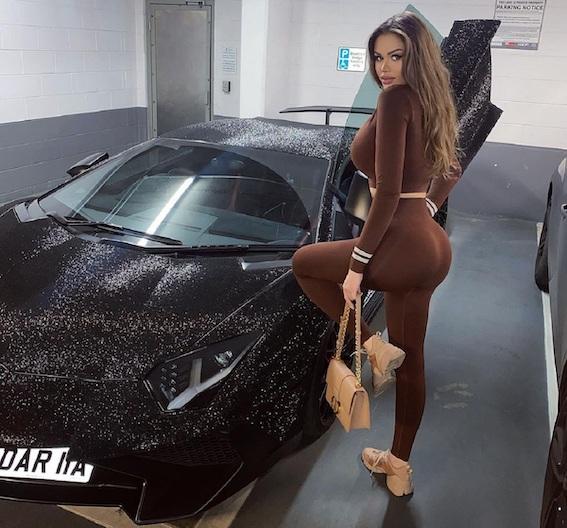 Moldovas modele liek pārklāt savu Lamborghini ar 2 miljoniem Swarovski kristāliņiem