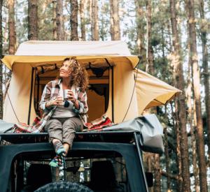 Cik ērti tas ir – doties ceļojumā ar telti uz jumta? Neliels ieskats par auto jumta teltīm un to priekšrocībām