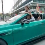 Izpriecas Maskavas gaumē – uz divvietīga auto jumta piesieta meitene